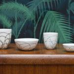 Tasse café SILK biscuit porcelaine satiné fil teinté dans la masse incrusté dans la paroi cocon ver à soie gris bleu vert douceur relief Atelier Ceramics d. Delphine Millet