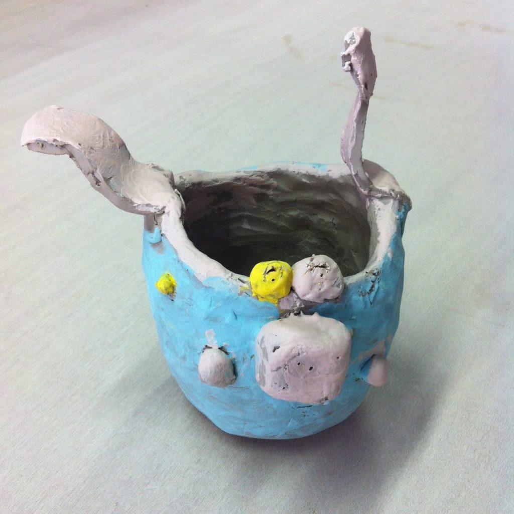 gobelet lapin bleu stage enfants vacances de la Toussaint 2016 Atelier Ceramics d Poitiers centre ville modelage terre Delphine Millet